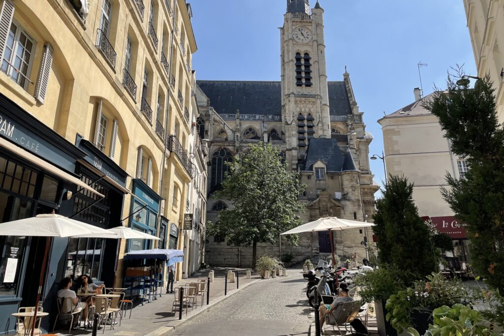 移転した先は、映画『ミッドナイト・イン・パリ』で重要な舞台となっている教会(とその階段)から50メートルほどのところ。