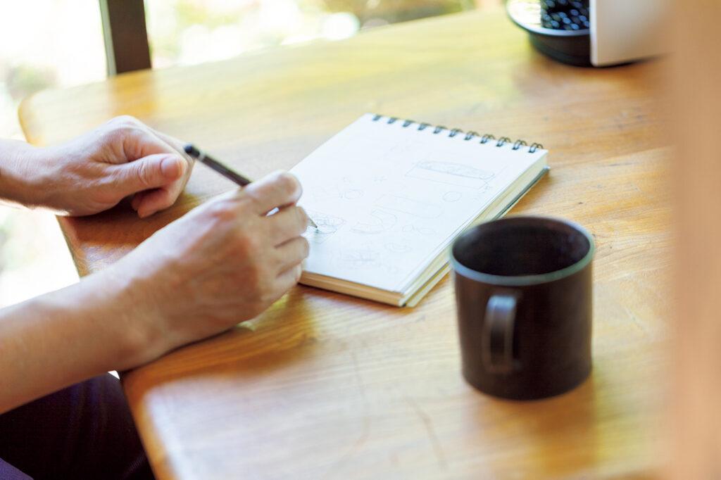 プレゼンで提案するアイデアを考えるときもコーヒーは欠かせない。