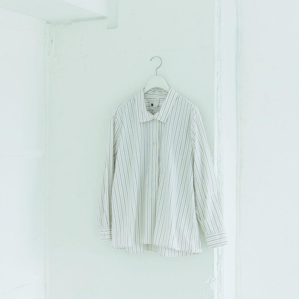 しっとりとしたテクスチャーから糸質の良さが伝わってくる。ヴィンテージの雰囲気漂うストライプシャツ。¥25,300