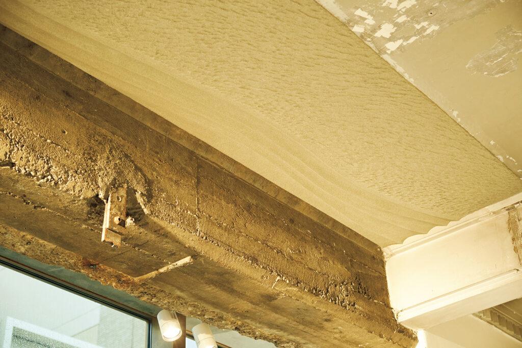 エントランスの天井。歴史的価値の高い建築物の修復などを手がける左官職人、久住有生による、神戸の山と海をイメージした作品が迎えてくれる。