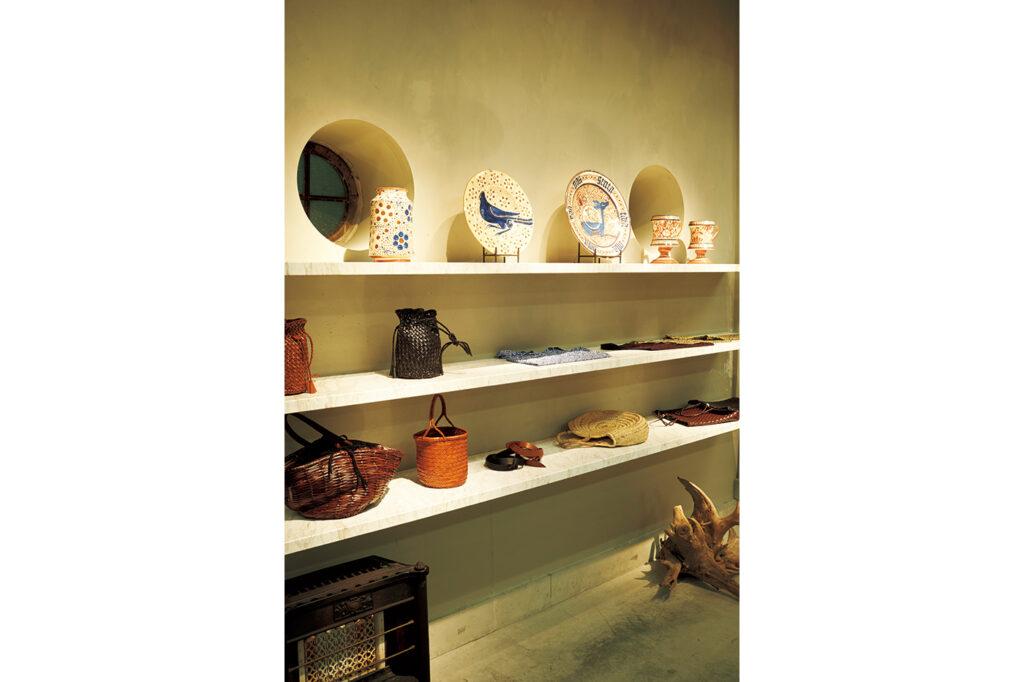 スペインの陶磁器をはじめ、デザイナー川原さんの審美眼が冴えるセレクト。