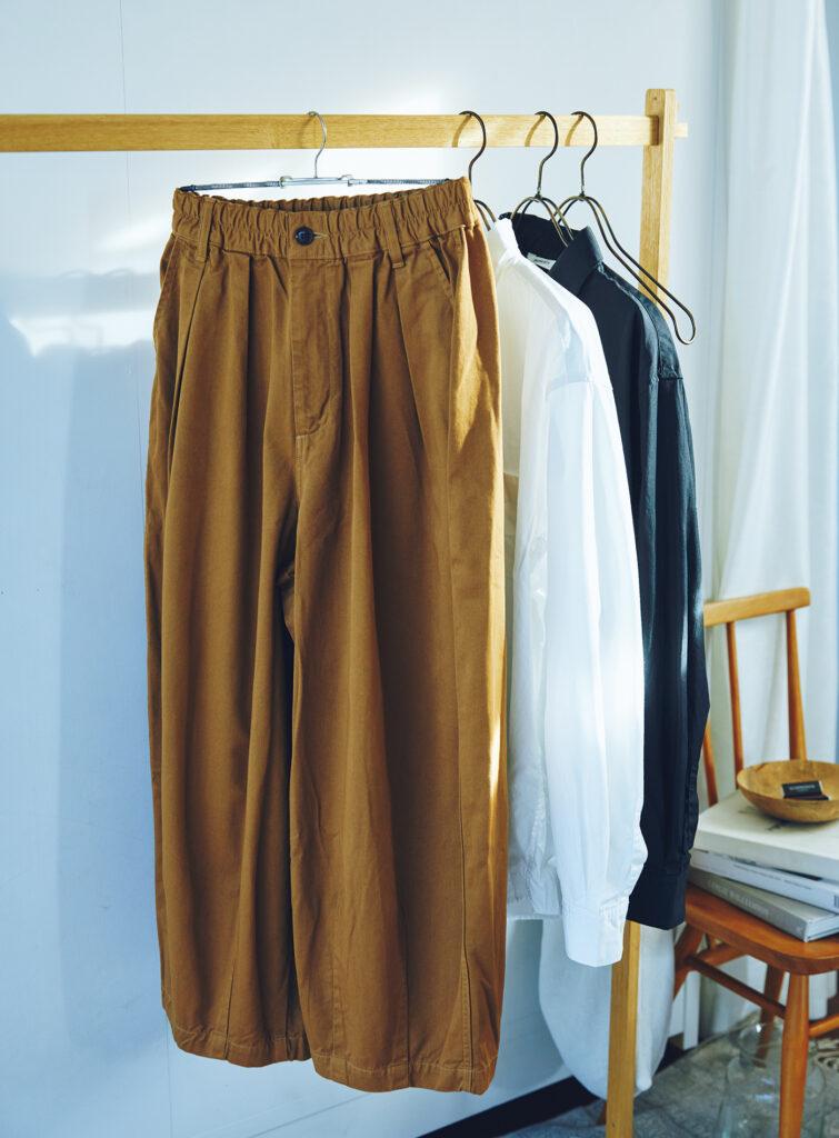 ワイドシルエットが存在感を放つ定番の「サーカスパンツ」は、チノ生地でウエストはゴム仕様と、着用感も抜群にいい。肌触りのいいブロードシャツとともに、どの季節も着られるからすぐにワードローブに加えたい。パンツ¥17,380、シャツ各¥18,700 (以上ハーベスティ/ハーベストムーン)