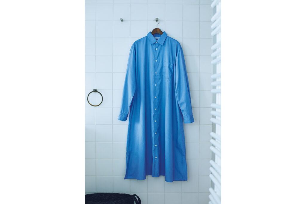 ワンピースのように着ても、ボタンを開けて羽織っても、自分らしく着られるシャツローブ。爽やかなライトブルーの色合いが、細番手のコーマ糸で織られたブロード生地と相まってより美しい。素肌にも気持ちいい、滑らかな生地感もうれしい。ロングシャツ¥24,200(ハーベスティ/ハーベストムーン)