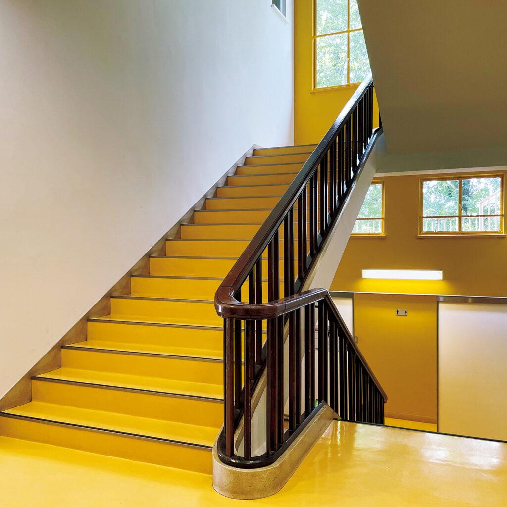 日仏の建築家が融合して完成した  『アンスティチュ・フランセ関西』。 昭和11年竣工のフランス政府公式の交流機関。本国の建築家による設計を、木子七郎が実施設計した合作。「海外の学校を思わせる造り。昔のままの意匠を目にすれば、当時の教育への情熱が伝わります」