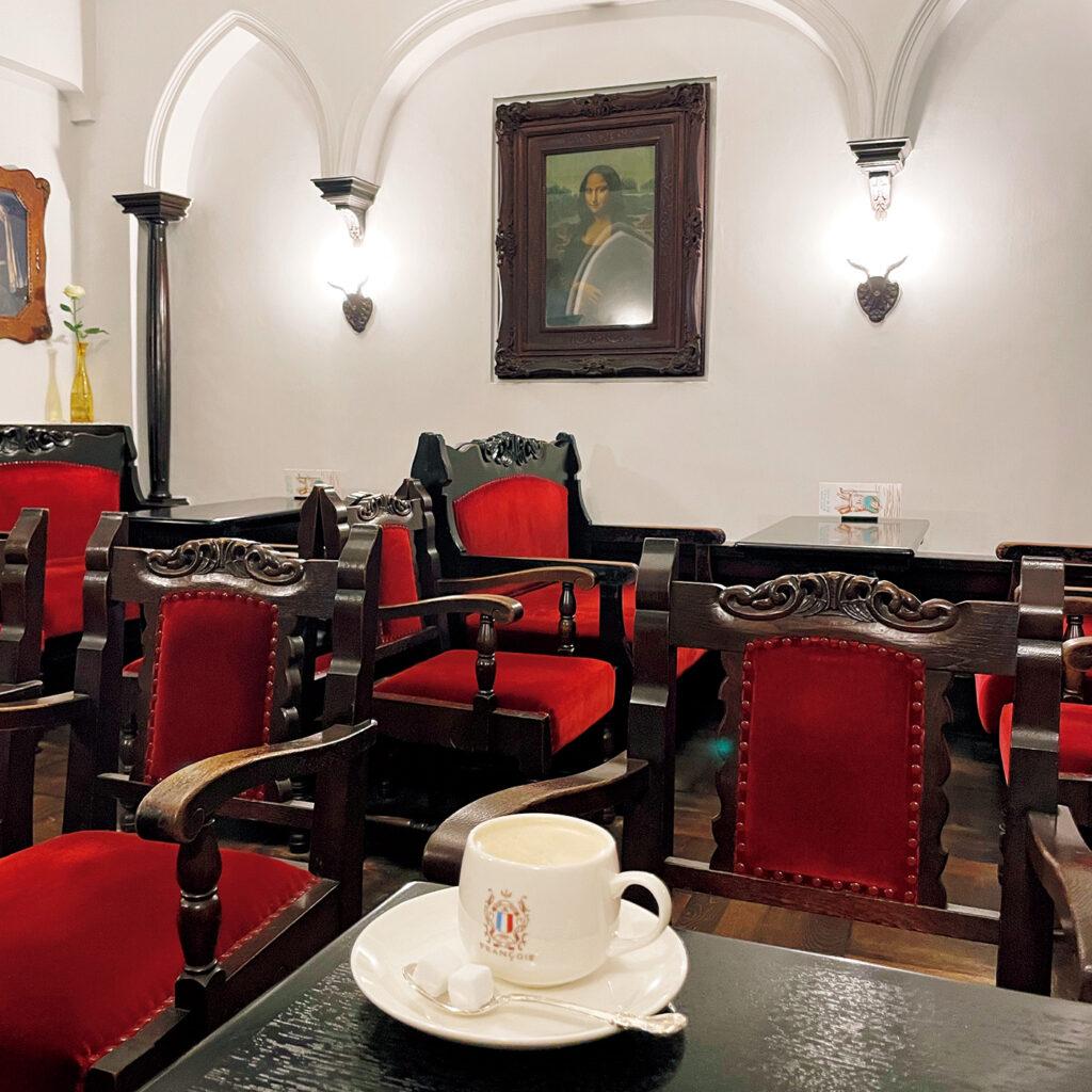 創業時と変わらない喫茶であり続ける  意義を感じる『フランソア喫茶室』。 自由な言論の場として昭和9年に創業した喫茶室。この内装は昭和16年のもので、豪華客船のホールを思わせるイタリアン・バロックが基調。「常々食の空間は舞台だと感じますが、ここはまさにそう」