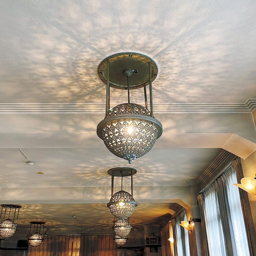 『レストラン菊水』の意匠は、  当主の好みを盛り込んだ賑やかさ。 初代が上海で見聞を広め、アール・デコやスパニッシュなど当時の流行を様々に取り入れたレストラン。大正15年竣工。「アーチを描く塔屋や、細かな細工が施された照明など、他にはない意匠が楽しい」