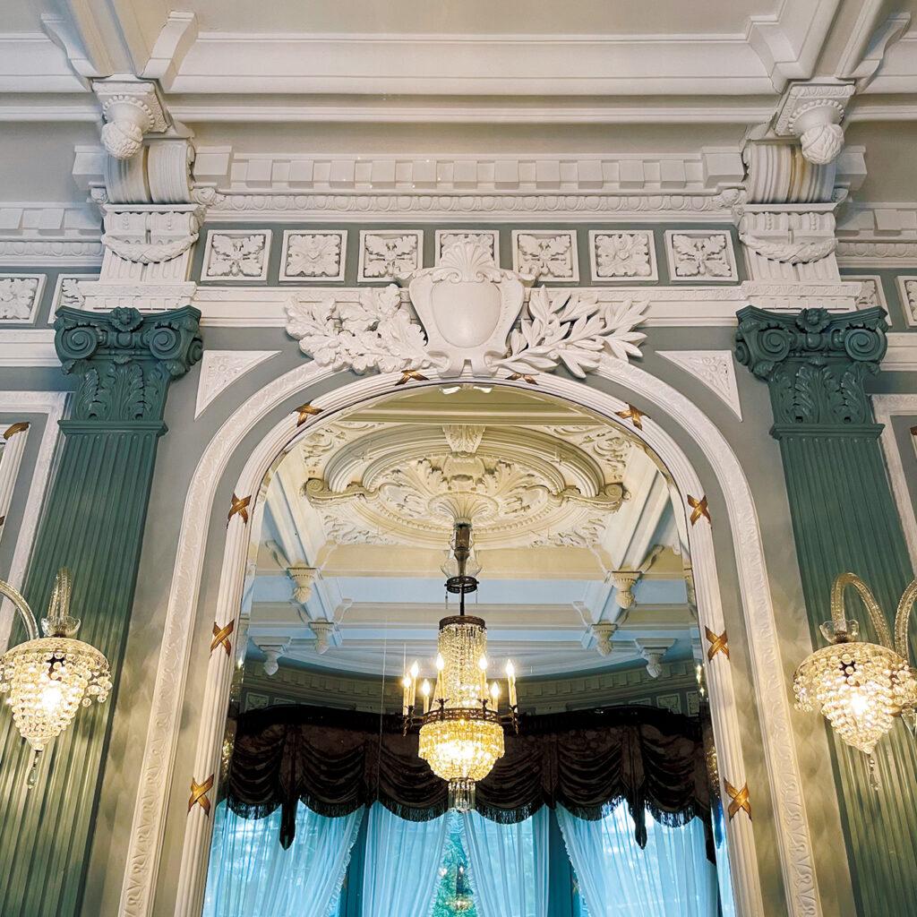 部屋ごとに異なる天井や壁の意匠  ひとつひとつに心打たれる『長楽館』。 明治42年、煙草王・村井吉兵衛により建てられた迎賓館。「アメリカ人建築家による設計を、西洋建築に触れたことがなかったであろう職人が造ったと思うと、技術力の高さや気概に心が熱くなります」