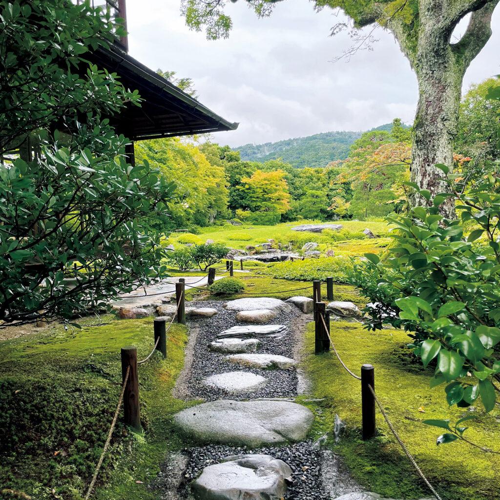 起伏に富む『無鄰菴(むりんあん)』の飛び石は、  庭師の意を伝えるビューポイント。 山縣有朋の別荘庭園は明治29年の完成。「七代目小川治兵衛による東山を借景にした庭園が見事。凸凹した飛び石の中に伽藍石(がらんいし)など平らで大きな石が交じるのは、そこが庭を眺めるべきポイントだと」
