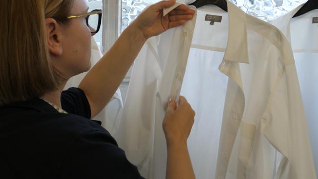The Making of a Shirt - Still (4)〈マーガレット・ハウエル〉がシャツの制作過程を収めた<br>ショートフィルム『THE MAKING OF A SHIRT』を公開。
