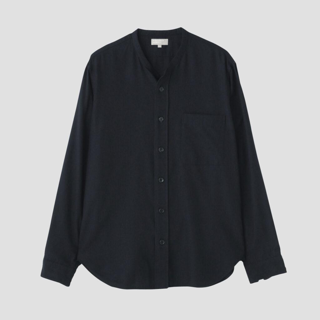 〈マーガレット・ハウエル〉定番のメンズのカラーレスシャツ。上質なコットン/カシミア糸を用いたツイル生地はソフトタッチで心地よく、リラックスした雰囲気。¥53,900