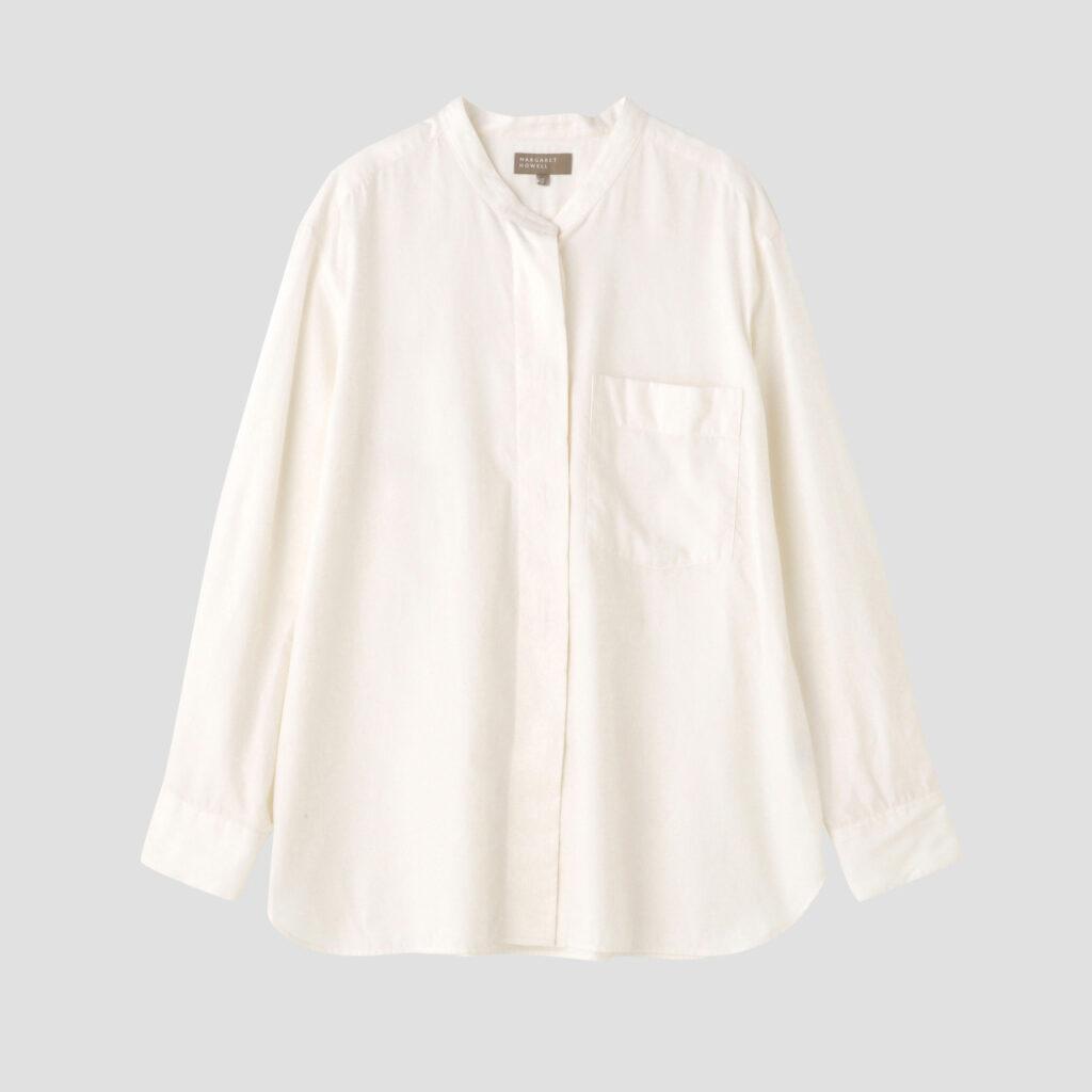 〈マーガレット・ハウエル〉定番のカラーレスシャツ。生地は、〈マーガレット・ハウエル・ハウスホールドグッズ〉のパジャマに使っている「Cashmerello」のライトウェイトバージョンである高級シャツ素材を使用。¥53,900