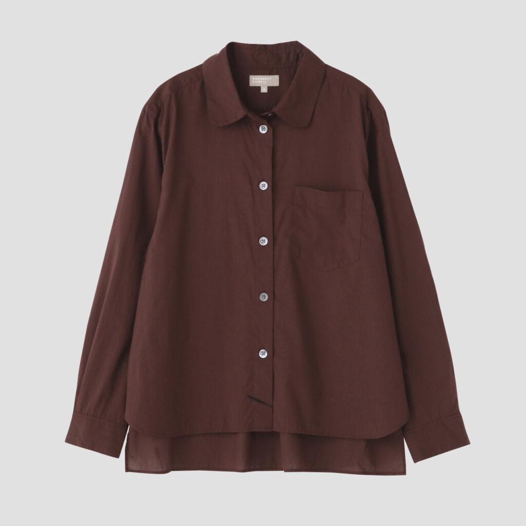 2020年の秋冬コレクションで展開した「Step Hem Shirt」に胸ポケットを付けてアップデート。フランスのスクールユニフォームをベースにデザインしており、裾の前後差が大きいのが特徴。¥53,900