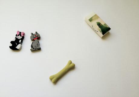 """左/神楽坂〈la kagu〉で猫発見。下/ドイツ・ベルリン〈クンスト・ヴェルケ現代美術館〉の隣の店で骨発見。右/渋谷PARCO〈CLASKA Gallery & Shop """"DO""""〉で開催された「kotoriten」展示にてまさかの(鳥)トリケシ発見。"""