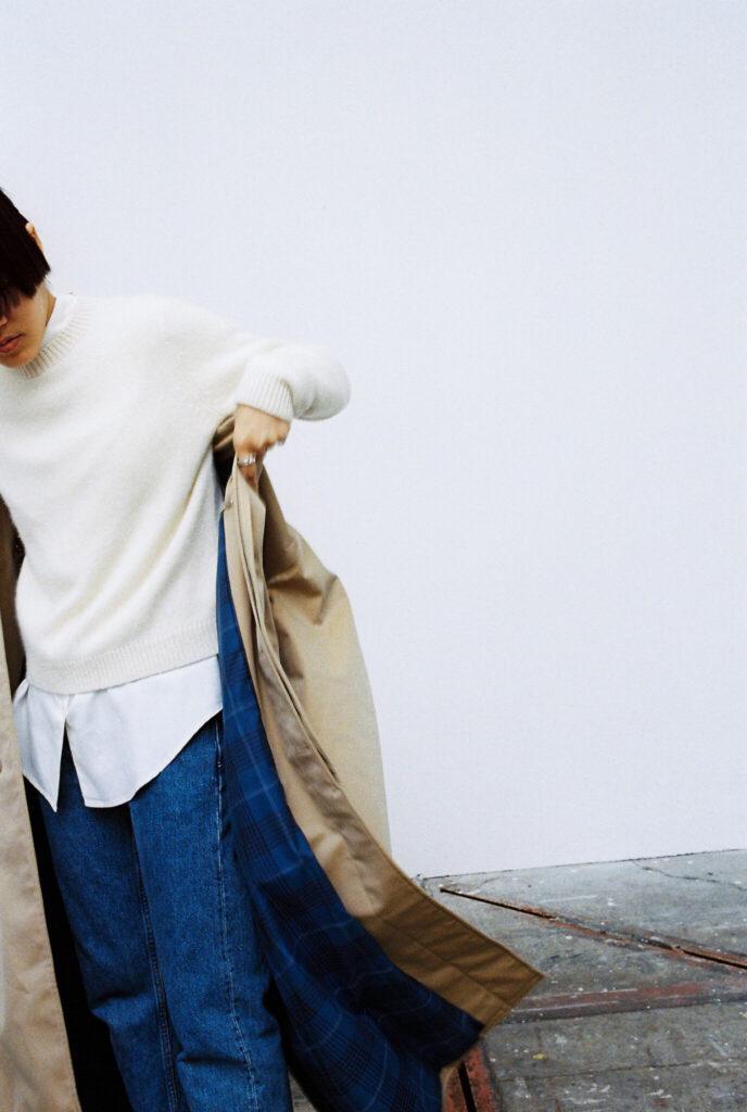 このコートは、ニットとデニムというごくシンプルなコーディネートほど、格好のスパイスに。たちまち、こなれた雰囲気を漂わせることができる。
