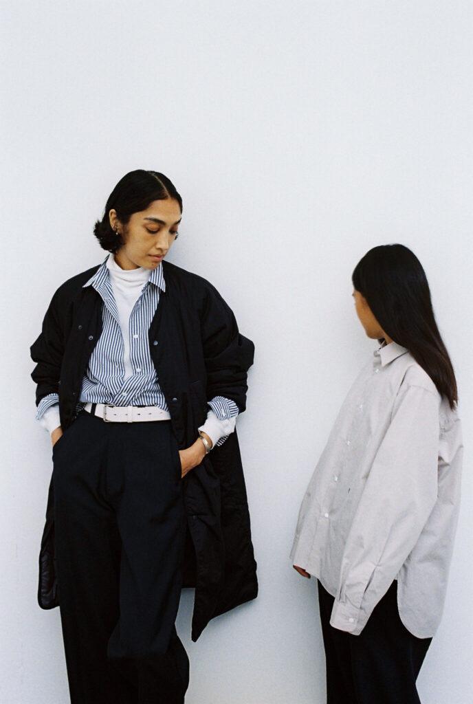 ダウンコートとシャツは、ともにコンフォタブルなシルエット。年齢や体型、性別を選ばないニュートラルなデザインのため、親子でシェアしてみるのもいい。