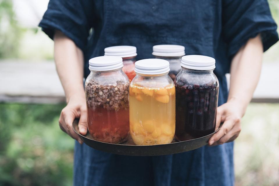 地元で採れるキンカンやブルーベリー、梅の花、ブドウやトマトを使った自家製酵母。