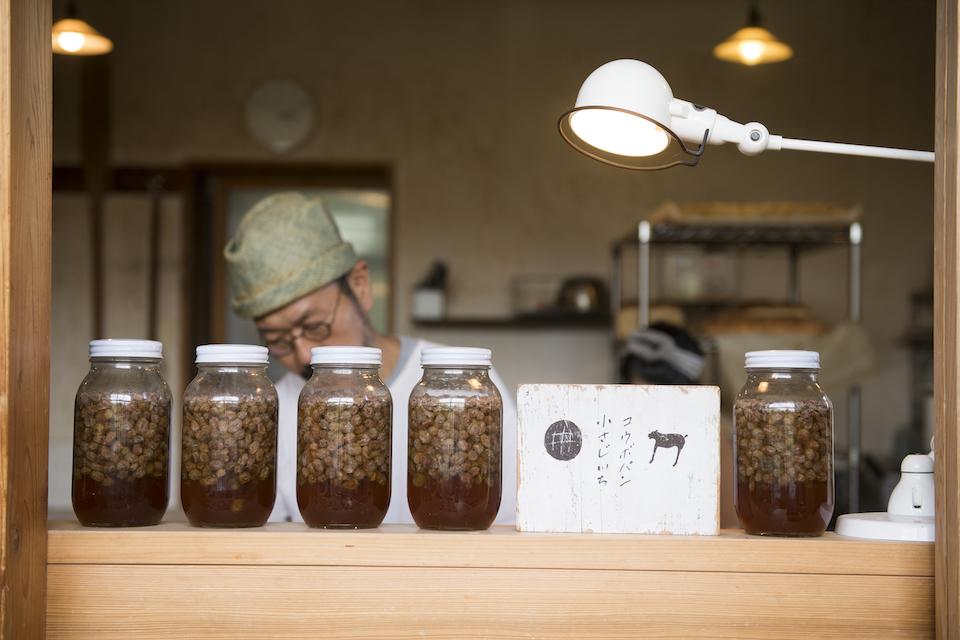 厨房と店舗の境目に、オーガニックレーズンで仕込んだ発酵中の酵母が並びます。