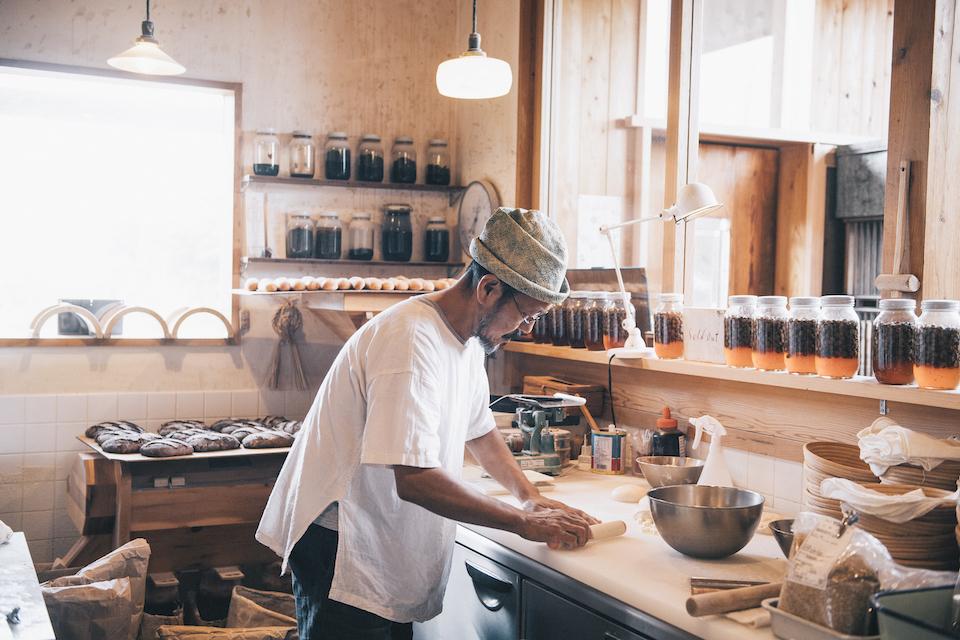 パンづくりは主に公明さんの担当。試行錯誤を重ねつつ、2人のスタッフとパンを仕込みます。