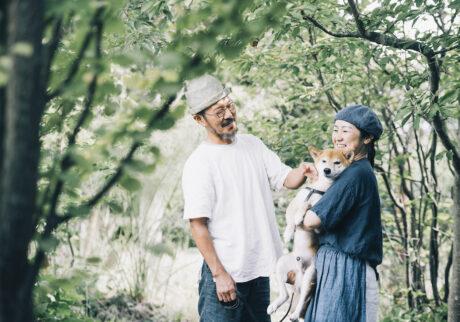心地よい庭の木陰で愛犬シヴァとくつろぐ公明さんとあゆみさん。