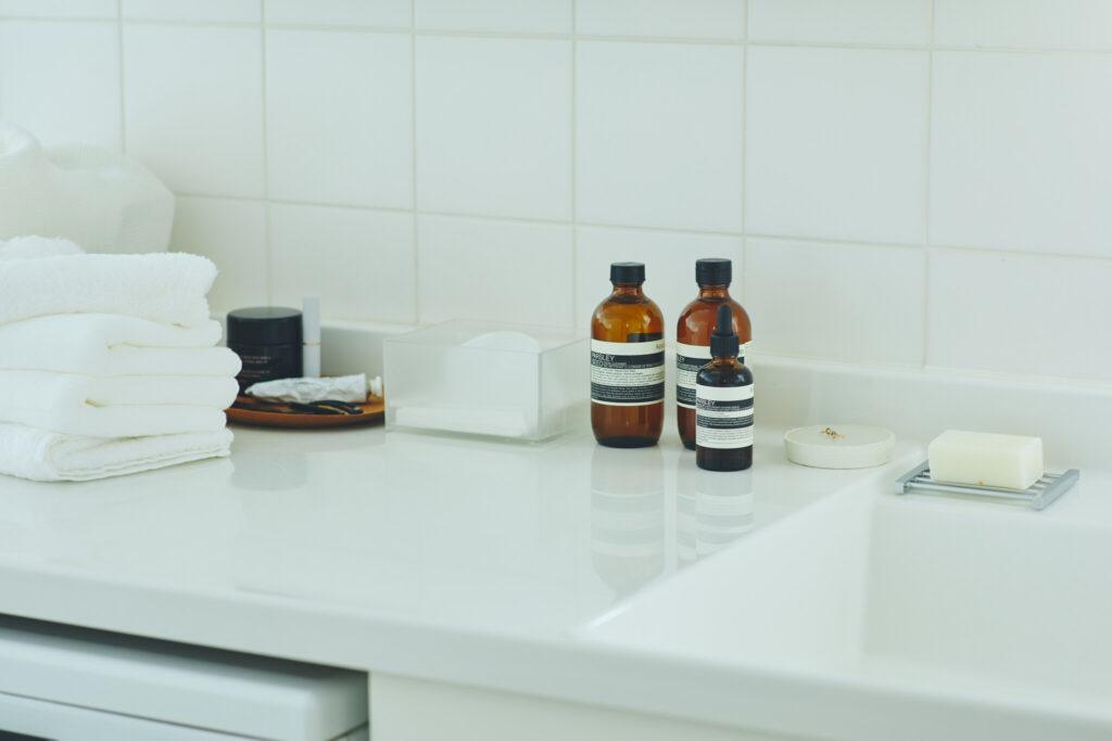 洗面台に並ぶのは、パセリ フェイシャル クレンザー、フェイシャル トナー、そしてフェイシャル インテンス セラム。この3ステップで私の肌は整うのだ。