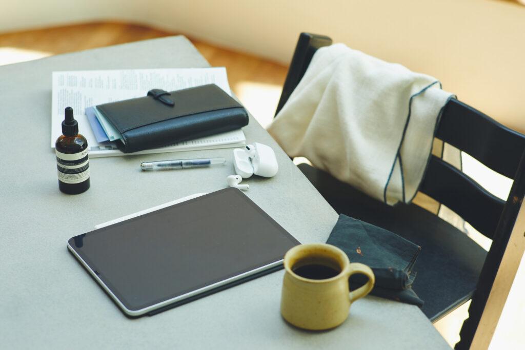 ようやく朝の支度を終えて、仕事を始める。デスクの上には、お気に入りの手帳、息抜きのためのコーヒー、そして私の強い味方であるセラムを。