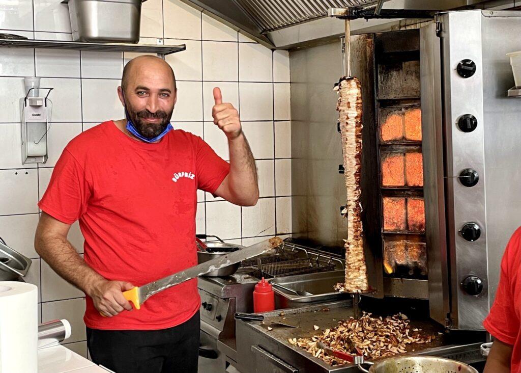 肉焼き担当のアムダさん。ランチタイム終盤になると肉はこの通り、ほぼ完売。