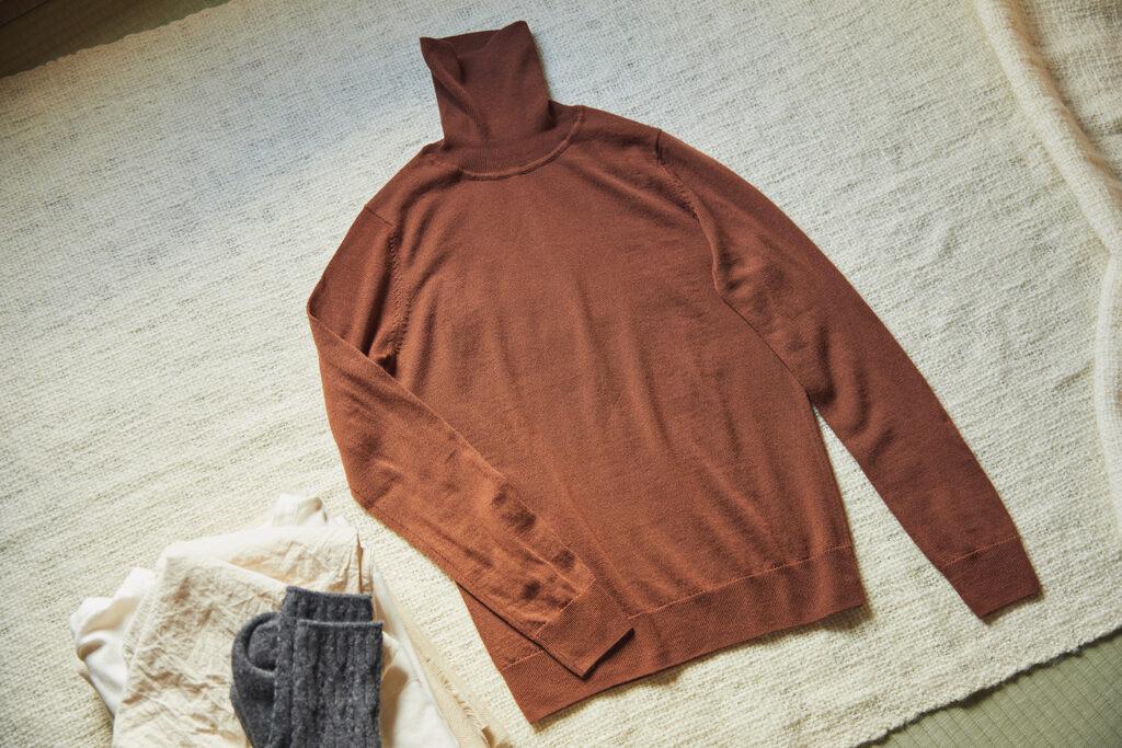 より生地感がきめ細かく薄手な天竺編みのものは、秋口から手放せない一枚。リブ模様のないシンプルな仕上がりで、ウールそのものの素材感を楽しめる。 首のチクチクを抑えた天竺 タートルネック洗えるセーター ¥1,990