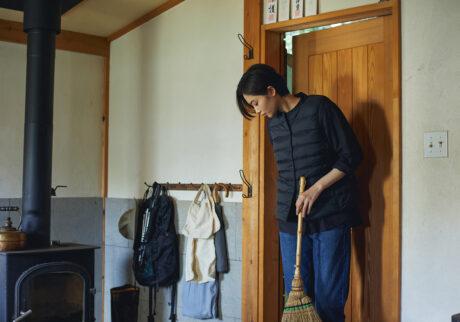軽さと暖かさに加え、携帯性も備えた一着。収納袋がベストと一体になっているから、袋を失くす心配がないのもうれしい。軽量ポケッタブルダウンベスト ¥2,990、洗いざらしオックススタンドカラーシャツ ¥1,990、ストレッチデニムストレートパンツ ¥2,990