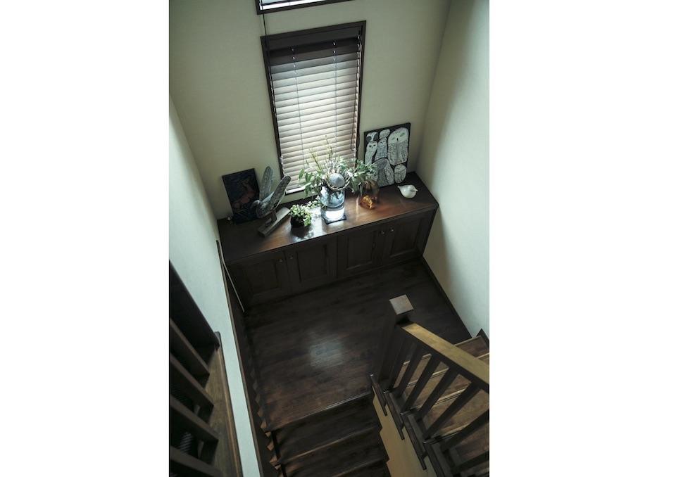 1 階と2 階をつなぐ階段の踊り場にもキャビネットがあり、格好のディスプレイスペースに。
