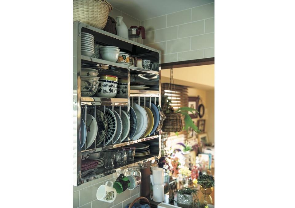 ステンレスの食器棚は、造作棚を 外して取り付けた〝見せる収納〞。家族で使うカラフルな皿を入れている。