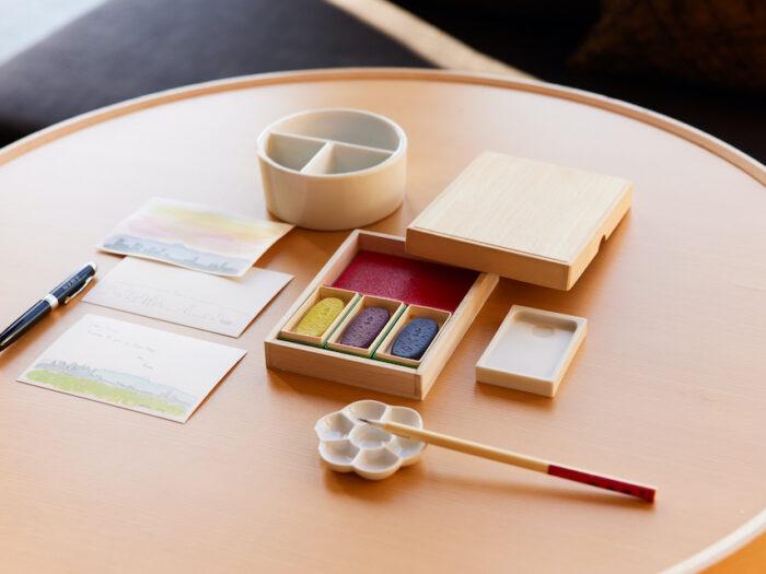 部屋には桐箱に収められた彩墨、硯のほか、筆、筆洗、絵皿などの画材セットが用意される。