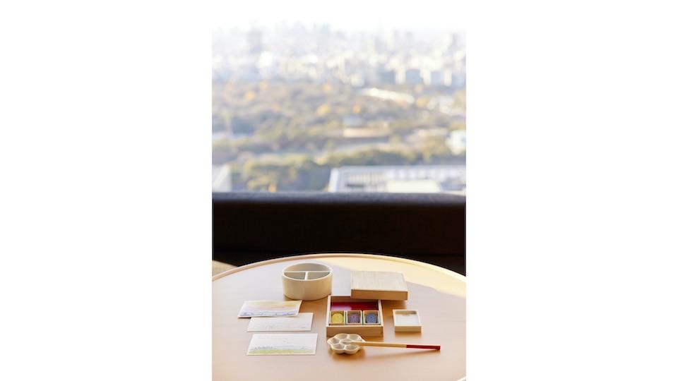 広々とした客室で東京の景色を眺めながら、会えない人に静かに絵てがみを書く時間を。