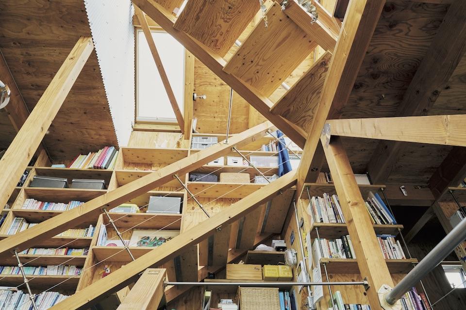 寝室以外の部屋に壁はなく、半地下から2 階の上までが吹き抜けになっているので、屋内のどこにいてもなんとなく家族の存在を感じられる。木の角材やパイプをそのまま手すりや柱にしているので、家の成り立ちを目で確認できて安心感が。