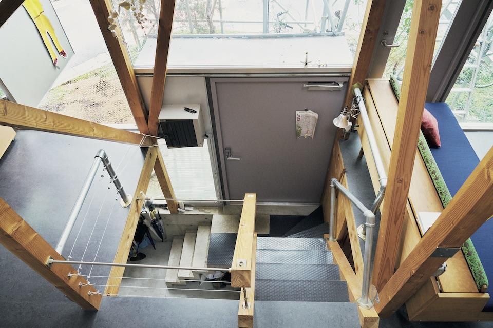 家のドアは3 か所。半地下、1 階、2 階から出入りできる。