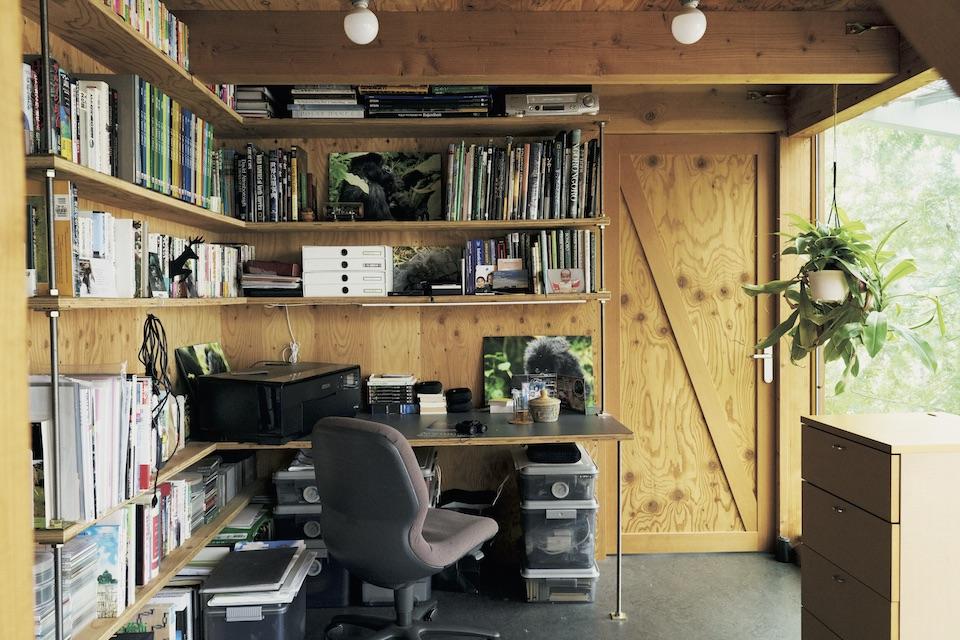 息子の勉強机や母の書斎は、階段下や柱の陰など囲まれた部分にあるので集中しやすく、リビングは開放的なスペースなのでみんなが集まりやすい。