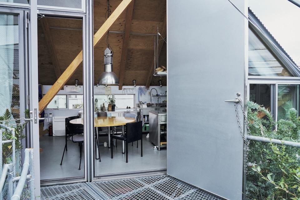 住人5 人に加えて夫の母が遊び に来ることも多いが、ダイニングテーブルは円形なので人数が増えてもすんなり収まるのがいいところ。毎朝、家族が出かけたあと、このダイニングルームでコーヒーを飲む時間が、山田さんの唯一のひとり時間。「プライベートスペースはこれで十分」