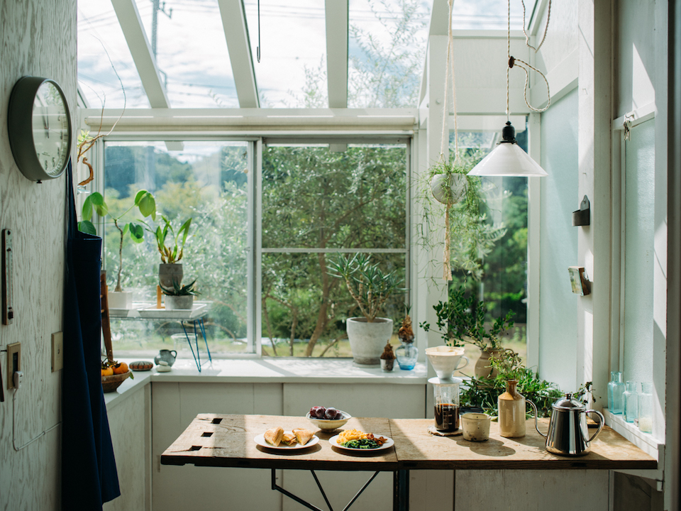 「自然光が降り注ぐサンルームは、活力を与えてくれる心地よい空間。ここでいろんなことができるように、古材とアイアンでカウンターをDIYしました」と渡邉さん。主に食事や読書、家事を楽しんでいる。