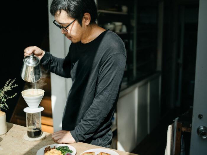 深煎りコーヒーを淹れるのが、渡邉さんの習慣。