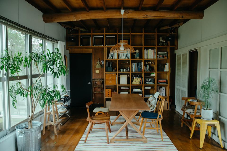 四季折々の庭の風景が見られる、壁 一面が窓になった1 階リビング。格子状の収納棚も渡邉さん自作。仕切りを付け、テーマ別に収納したり、オブジェを飾ったりできるようなつくりに。