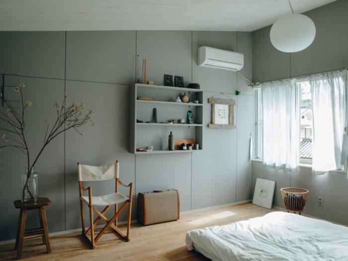 2 階の寝室。1 階リビングと気分を変えるために壁は落ち着いたグレーを選択。板の張り方は隙間を設ける「目透かし仕様」を選びニュアンスをつけた。